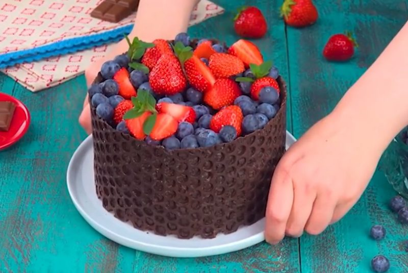 decorating the cake with bubble wrap 3